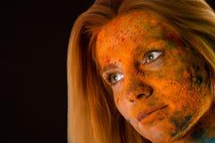 Ξανθή γυναίκα προσώπου πορτρέτου στα κόκκινα χρώματα Holi Στοκ φωτογραφία με δικαίωμα ελεύθερης χρήσης