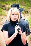 ξανθή γυναίκα πυροβόλων όπ&lam στοκ φωτογραφία