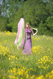 Ξανθή γυναίκα σε ένα πορφυρό φόρεμα Στοκ Εικόνα