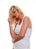 Ξανθή γυναίκα σε ένα πουκάμισο γραμμάτων Τ στοκ φωτογραφία