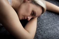 Ξανθή γυναίκα, σε ετοιμότητα της, λυπημένος και μόνος στοκ εικόνες