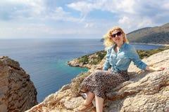 Ξανθή γυναίκα στα βουνά του Αιγαίου πελάγους Στοκ φωτογραφία με δικαίωμα ελεύθερης χρήσης