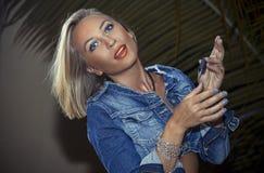 Ξανθή γυναίκα στο τζιν Στοκ Εικόνες