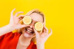 Ξανθή γυναίκα στο φόρεμα με τα λεμόνια Στοκ Εικόνα