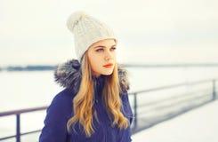 Ξανθή γυναίκα χειμερινού πορτρέτου μόδας που φορά ένα σακάκι και ένα πλεκτό καπέλο Στοκ Εικόνες