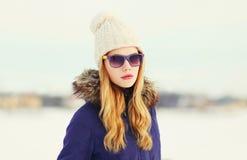 Ξανθή γυναίκα χειμερινού πορτρέτου μόδας που φορά πλεκτά τα σακάκι γυαλιά ηλίου καπέλων Στοκ Φωτογραφία