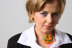 ξανθή γυναίκα lollipop στοκ εικόνες