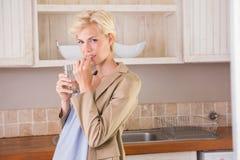 Ξανθή εγκυμοσύνη που παίρνει μια βιταμίνη Στοκ Φωτογραφία