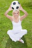 ξανθή εκμετάλλευση που χαμογελά soccerball Στοκ εικόνες με δικαίωμα ελεύθερης χρήσης