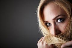 Ξανθή ενήλικη γυναίκα στοκ φωτογραφία με δικαίωμα ελεύθερης χρήσης