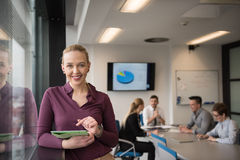 Ξανθή επιχειρηματίας που εργάζεται στην ταμπλέτα στο γραφείο Στοκ εικόνα με δικαίωμα ελεύθερης χρήσης