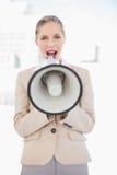Ξανθή επιχειρηματίας που φωνάζει megaphone Στοκ φωτογραφίες με δικαίωμα ελεύθερης χρήσης