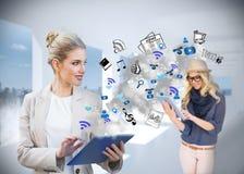 Ξανθή επιχειρηματίας που χρησιμοποιεί το PC ταμπλετών με app τα εικονίδια Στοκ εικόνα με δικαίωμα ελεύθερης χρήσης