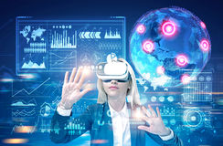 Ξανθή επιχειρηματίας στα γυαλιά vr, μέλλον Στοκ φωτογραφίες με δικαίωμα ελεύθερης χρήσης