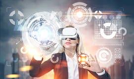 Ξανθή επιχειρηματίας στα γυαλιά vr, πόλη HUD Στοκ εικόνες με δικαίωμα ελεύθερης χρήσης