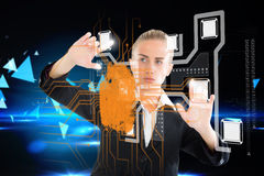 Ξανθή επιχειρηματίας σχετικά με τη διεπαφή με το δακτυλικό αποτύπωμα Στοκ εικόνες με δικαίωμα ελεύθερης χρήσης
