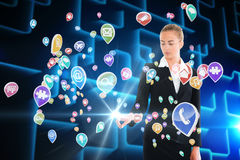 Ξανθή επιχειρηματίας σχετικά με app τη διεπαφή εικονιδίων Στοκ Εικόνα