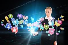 Ξανθή επιχειρηματίας σχετικά με app τη διεπαφή εικονιδίων Στοκ Φωτογραφίες