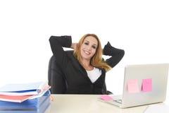 ξανθή επιχειρηματίας της δεκαετίας του '40 που εργάζεται στο φορητό προσωπικό υπολογιστή γραφείων relaxe Στοκ Εικόνα