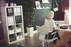 Ξανθή επιχειρησιακή γυναίκα στο γραφείο στοκ φωτογραφία