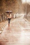 ξανθή ευτυχής βροχή κάτω Στοκ φωτογραφία με δικαίωμα ελεύθερης χρήσης