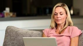 Ξανθή ευτυχής νίκη γυναικών on-line απόθεμα βίντεο