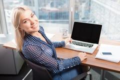 Ξανθή ελκυστική γυναίκα που χρησιμοποιεί το lap-top Στοκ Εικόνα