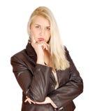 ξανθή θέτοντας γυναίκα ομ&om Στοκ Φωτογραφίες