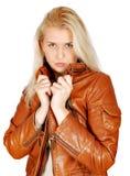 ξανθή θέτοντας γυναίκα ομ&om Στοκ εικόνα με δικαίωμα ελεύθερης χρήσης