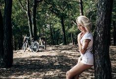 ξανθή θέτοντας γυναίκα ομ&om Στοκ Εικόνες