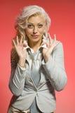 ξανθή θετική κόκκινη γυναί&kap Στοκ Φωτογραφία
