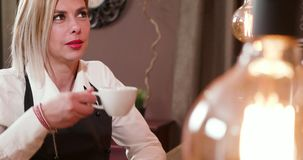 Ξανθή θηλυκή σερβιτόρα με μοντέρνο να κουβεντιάσει κουρέματος φιλμ μικρού μήκους