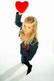 ξανθή καρδιά κοριτσιών 2 που κρατά το κόκκινο προκλητικό βελούδο Στοκ Εικόνες