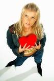 ξανθή καρδιά κοριτσιών 3 που κρατά το κόκκινο προκλητικό βελούδο Στοκ Εικόνα