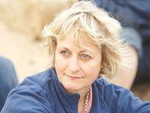 ξανθή κοιτάζοντας επίμονα γυναίκα Στοκ Εικόνα