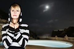 ξανθή κοντινή γυναίκα λιμνώ&nu Στοκ φωτογραφία με δικαίωμα ελεύθερης χρήσης