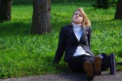 Ξανθή κυρία που κοιτάζει κάπου Στοκ εικόνες με δικαίωμα ελεύθερης χρήσης