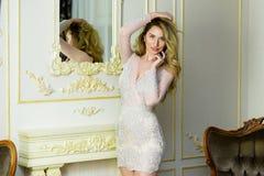 Ξανθή κυρία σε ένα λεπτό φόρεμα δαντελλών Στοκ Φωτογραφίες