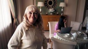 Ξανθή μητέρα στα έτη που επισκέπτεται το σπίτι της κόρης της φιλμ μικρού μήκους