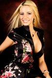 ξανθή μόδας πρότυπη γυναίκα μεταξιού τηβέννων προκλητική στοκ εικόνα με δικαίωμα ελεύθερης χρήσης