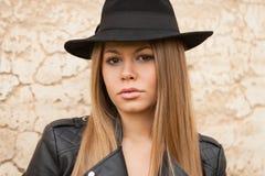 Ξανθή νέα γυναίκα με το μαύρο καπέλο Στοκ Φωτογραφία