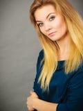 Ξανθή νέα γυναίκα πορτρέτου που έχει τη σοβαρή έκφραση προσώπου Στοκ Εικόνα