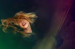 Ξανθή νέα γυναίκα που χορεύει στο κόμμα disco Στοκ Εικόνες