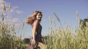Ξανθή νέα γυναίκα σε έναν τομέα υποστηρίξτε την όψη κίνηση αργή φιλμ μικρού μήκους