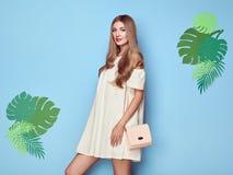 Ξανθή νέα γυναίκα στο floral θερινό φόρεμα άνοιξης στοκ εικόνες
