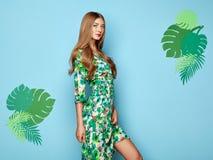 Ξανθή νέα γυναίκα στο floral θερινό φόρεμα άνοιξης στοκ φωτογραφία