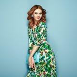 Ξανθή νέα γυναίκα στο floral θερινό φόρεμα άνοιξης στοκ εικόνα