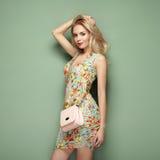 Ξανθή νέα γυναίκα στο floral θερινό φόρεμα στοκ φωτογραφία με δικαίωμα ελεύθερης χρήσης