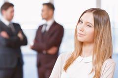Ξανθή νέα επιχειρησιακή γυναίκα που στέκεται μπροστά από Στοκ Εικόνες