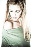 ξανθή πανέμορφη θέτοντας γ&upsilo Στοκ εικόνα με δικαίωμα ελεύθερης χρήσης
